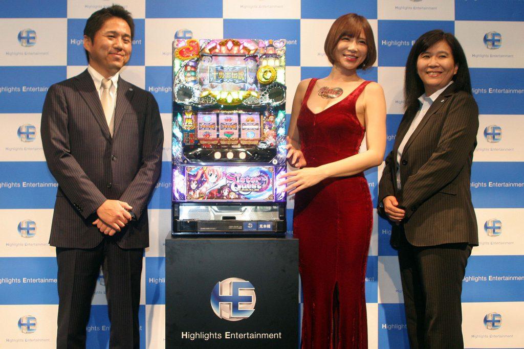 左から長谷川哲也代表取締役、手島優さん、遊技機事業本部長の佐々木真理取締役