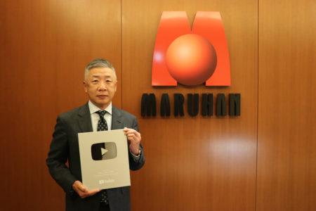 YouTube「銀の盾」を掲げる韓裕代表取締役社長(1)
