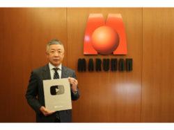 YouTube「銀の盾」を掲げる韓裕代表取締役社長(2)