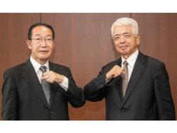退任の笠井聰夫前会長(左)と新任の佐藤正夫新会長(右)